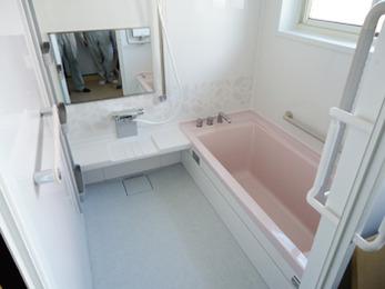 暗く、浴槽も小さいお風呂だったのですがリフォームをして一転。とても快適です。