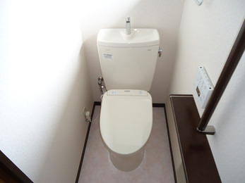 白い壁にこげ茶色のアクセントが映えます。暖かなトイレになり、幸せです。