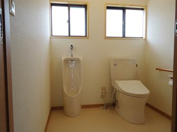 間仕切り壁をなくしたトイレリフォームで開放感あふれる広々としたトイレ空間になりました。