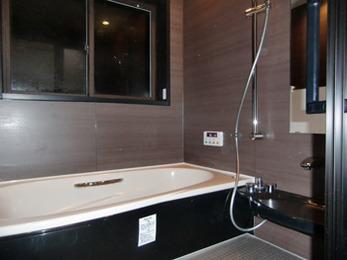 浴槽が広くなって大人っぽい雰囲気のシックなお風呂になりました。