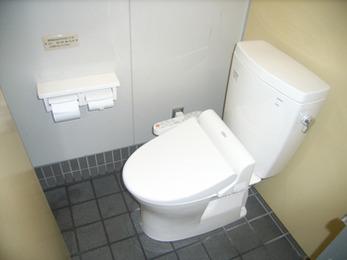 お年寄りのお客様にも優しいトイレ空間になりました。