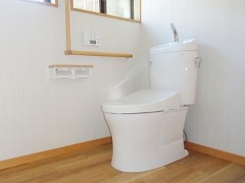 お掃除しやすい便器と広くなったトイレスペースはゆったりと快適に使う事ができます。